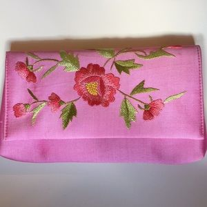 🚫SOLD🚫 NWOT Pink Flower Embroidered Mini Clutch